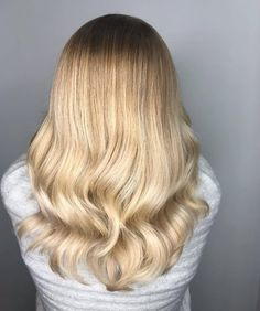 Get the look: *Formula* 👉 with + Vol. developer then toned with + with Activator Gel/Lotion. Light Blonde Hair, Blonde Wavy Hair, Get The Look, Hair Goals, Hair Color, Weight Loss, Long Hair Styles, Lifestyle, Hairstylists