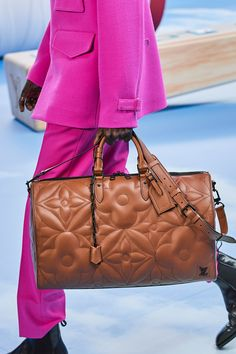 The complete Louis Vuitton Fall 2020 Menswear fashion show now on Vogue Runway. Louis Vuitton Homme, Louis Vuitton Shoes, Louis Vuitton Handbags, Vuitton Bag, Louis Vuitton Luggage, Gucci Handbags, Luxury Handbags, Purses And Handbags, Fashion Week