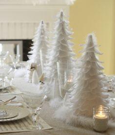 weiße weihnachtsdeko tisch tannenbaum federn kerzen geschirr