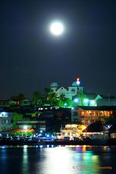 Luna llena en Flores Peten, Guatemala by Carlos Ismael Echeverría Alegría, via Flickr