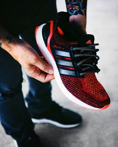 We got our hands in a Solar Red Ultra Boost 2.0 and as much as we love them stock we had to swap out those loud red laces for these 3M rope laces from RopeLaceSupply. We think it gives the shoe a more toned down look focusing more on that lava wave pattern covering the upper.   You can pick up a pair of these laces directly here.   By @oldmanalan #boostVIBES