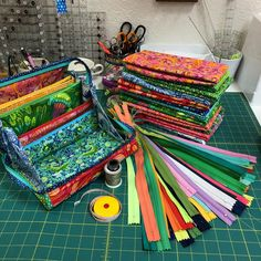 Workshops, Lessons, and Projects to Help You Sew Like a Rock Star! Diy Sewing Projects, Sewing Hacks, Sewing Tutorials, Bag Tutorials, Sewing Tips, Craft Projects, Craft Ideas, Sew Together Bag, Half Square Triangle Quilts