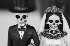 I want a day of the dead sugar skull topper similar to this Zombie Halloween, Halloween Ideas, Halloween Bride, Couple Halloween, Halloween Stuff, Day Of Dead, Skull Wedding, Gothic Wedding, Skull And Bones