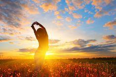 ein Mensch turnt am Tagesanbruch auf einer Wiese mit Pusteblumen   Guten Morgen Bilder