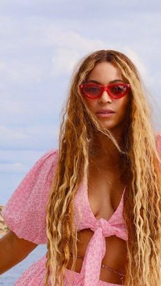 Queen B 🌈💫 - Beyonce, is always in over here. Bad Girl Aesthetic, Pink Aesthetic, Aesthetic Women, Aesthetic Clothes, Style Outfits, Fashion Outfits, Fashion Hair, Hollywood Glamour, Miss Americana