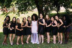 Casamento ao ar livre: noiva com madrinhas de trajes pretos.  ( Foto: Mateus Montoni)