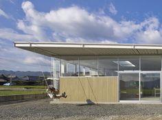 """以前は広大な田んぼであった敷地に位置する、京都ベースの木村松本建築設計事務所による""""シノハウス""""は、のどかな田舎の農地のランドスケープの中に、モダンな新建材と新しい施工方法で建設された。"""