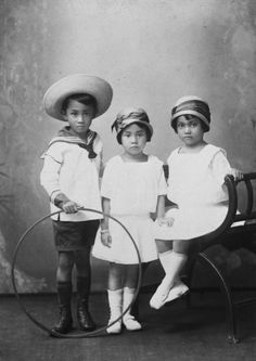 this is a typical picture of children during that era. boys wore big rounded hats and girls were a smaller fit hat.