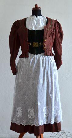 Krkonošský ženský kroj ušitý v Žacléři jako svatební šaty pro ženu majitele hostince Zum deutschen Haus, 20. stol. Městské muezum Žacléř.