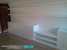 Diseño de un mueble de obra completo de más de 6 metros de longitud con 2 estanterías para pequeños libros, así como mueble completo en parte inferior con espacios de almacenamiento, cajonera y zona de instalación de TV y demás equipos. www.cefvalencia.es