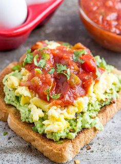 20 Avocado Toast Toppings that will be Absolutely Amazing - visit livingrichwithcou. for BBQ Avocado Toast, Fried Egg Avocado Toast and more! Healthy Breakfast Recipes, Brunch Recipes, Healthy Snacks, Healthy Recipes, Kale Recipes, Healthy Dinners, Chicken Recipes, Dinner Recipes, Clean Eating Snacks