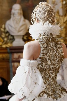 Alexander McQueen Fall 2013 I know it is not Cosplay but the details could be. I love Alexander Couture Mode, Style Couture, Couture Details, Fashion Details, Look Fashion, Couture Fashion, Fashion Art, Fashion Show, Fashion Design