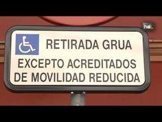 Un joven ha conseguido que el Ayuntamiento de Sevilla comience a retirar la palabra minusválido de las placas de aparcamiento para personas con movilidad reducida. La Organización Mundial de la Salud considera peyorativo este término, que significa 'menos válido'.