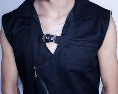 Distopia Collection - Jaqueta com mangas de couro sustentável destacáveis e fechamento diagonal com fivela - Moda masculina e sustentável, para homens com estilo alternativo