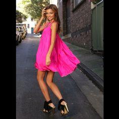 Black Vestido Dress. Light Pink H Clutch. Nude Zapatos Heels ...