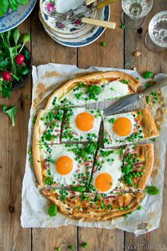 Lente flammkuchen met crème fraiche, erwtjes, spekjes, eitjes en basilicum Creme Fraiche, Rose Pasta, Clean Recipes, Healthy Recipes, Lemon Kitchen, Egg Dish, Fabulous Foods, Vegetable Pizza, Food Inspiration