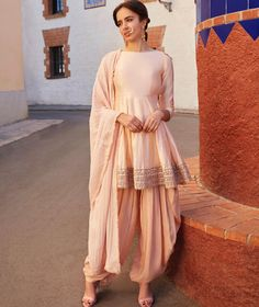 lashkaraa shoulder punjabi peplum blush style cold suit Blush Cold Shoulder Peplum Style Punjabi Suit LashkaraaYou can find Designer punjabi suits and more on our website Designer Kurtis, Indian Designer Suits, Designer Dresses, Indian Designer Clothes, Indian Attire, Indian Wear, Indian Suits Punjabi, Latest Punjabi Suits, Pakistani Suits