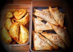 Samoussas tonno: rosolare una manciata di cipollotti (sminuzzati) e un peperone rosso (a listarelle) e aggiungere 3 scatolette di tonno al pomodoro, aggiustare di sale e farcire i fogli di brick, spennellare di burro, spolverare di sesamo e cuocere in forno fino a doratura.  Bricks manzo speziato: far rosolare una cipolla, due carote e un paio di gambi di sedano, aggiungere 350g carne macinata di manzo, aggiungere un cucchiaino di curry, un cucchiaino di peperoncino, una punta d'aglio…