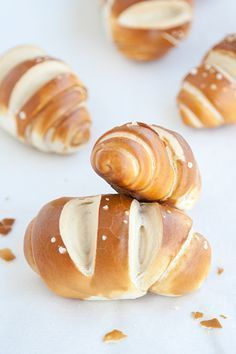 Panini pretzel o laugenbrot Pastry Recipes, Cooking Recipes, Austrian Recipes, Cooking Bread, Party Food And Drinks, Bread And Pastries, Food Humor, I Love Food, Iftar