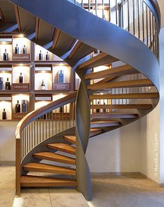 Stahlwangentreppe in Fankfurt_3 Spiral Stairs Design, Home Stairs Design, Railing Design, Interior Stairs, Spiral Staircase, Bathroom Interior Design, Staircases, Stairs And Doors, House Stairs