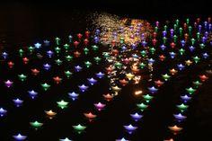 Iluminación de barcos de papel sobre la ría de Bilbao en la noche blanca