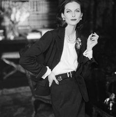 Coco Chanel (1883-1971). Tailleur. Jersey de laine marine. Paris, automne-hiver 1955. Mannequin : Anne Saint-Marie. Photographie d'Henry Clarke (1918-1996), publiée dans Vogue France, octobre 1955 TAILLEUR