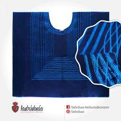 Huipil sencillo azul marino, con tejido de cadenilla en hilo azul.