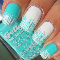 Acrylic nails decored with light blue and withe with lines - Uñas decoradas azul claro con blanco en forma de lineas