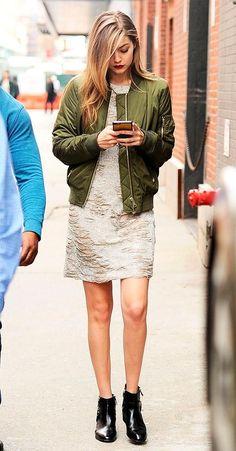 Street style look Gigi Hadid Assim como a jaqueta jeans, a jaqueta bomber também é ótima escolha. Maneira fácil de diferenciar o vestido de vesta, hein?