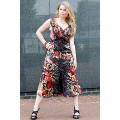 Verleiderlijke en elegante jurk van satijn met prachtige, mediterrane kleuren.