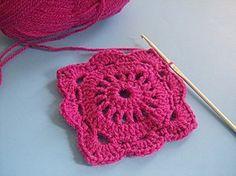 """Voici un joli """" Carré romantique """" de couleur rose fuschia , Tuto trouvé sur le blog de """" La Ronde des Crochets """" , réalisé et partagé par Séverine , avec des explications rangs par rangs en Français , accompagné de sa grille gratuite ! Pour aller au..."""