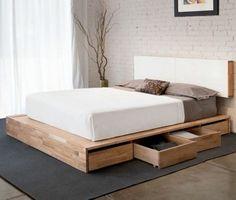 Lit simple mais élégant sur plateforme en bois