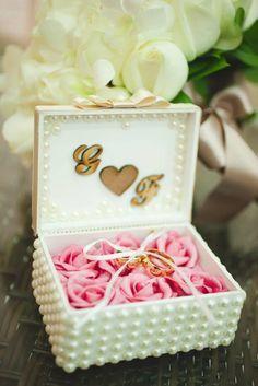 Porta alianças em perolas Diy Wedding Ring, Ring Pillow Wedding, Wedding Pillows, Wedding Prep, Wedding Favours, Wedding Guest Book, Bling Wedding, Wedding Gifts, Wedding Planning