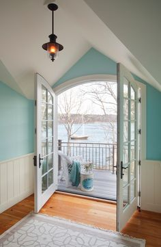 Waterfront cottage on Martha's Vineyard. Elizabeth Swartz Interiors. Eric Roth photo.