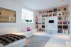 schwedische villa bücherregale wand sofa hausbibliothek