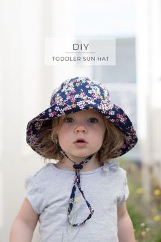Make your own wide-brimmed bucket hat for your child or toddler. Perfect to protect their eyes, face and neck from the sun! Toddler Bucket Hat, Toddler Sun Hat, Baby Sun Hat, Hat Patterns To Sew, Sewing Patterns For Kids, Hat Pattern Sewing, Clothes Patterns, Embroidery Patterns, Diy Vetement