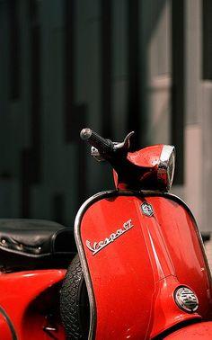 vespa Vespa Gts, Vespa Lambretta, Vespa Scooters, Foto Vespa, Motor Cafe Racer, Vespa Super, Red Vespa, Italian Scooter, Roman Holiday