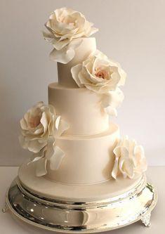 Featured Cake: Faye Cahill Cake Design; Wedding cake idea. | https://lomejordelaweb.es/ #weddingcakes