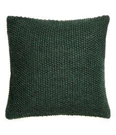 Dunkelgrün. Gestrickte Kissenhülle mit Perlmuster und Rückseite aus Baumwollqualität. Verdeckter Reißverschluss.