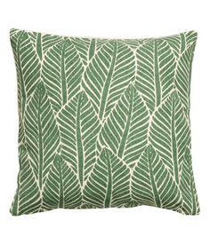 Vihreä. Puuvillainen tyynynpäällinen, jonka päällipuolella painettu lehtikuvio. Toinen puoli yksivärinen. Piilovetoketju.