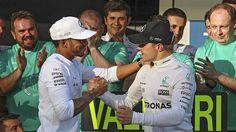 Lewis Hamilton (vas.) vakuutti olevansa iloinen tallikaverinsa Valtteri Bottaksen voitosta.