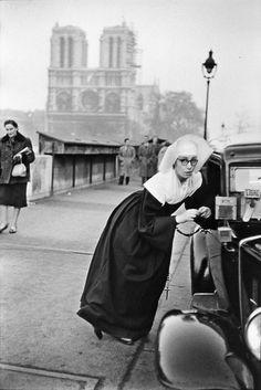 Nun in front of Notre-Dame, Paris 1953 © Marc Riboud Magnum Photos Marc Riboud, Vintage Photography, Street Photography, Art Photography, Famous Photography, Old Paris, Vintage Paris, Paris Paris, French Vintage