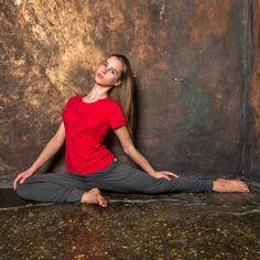 Доброе утро, друзья! Если вы это читаете, то с вероятностью 95% увлекаетесь йогой.А как ваша семья относится к вашему увлечению? И, главное, передаёте ли вы своим детям страсть к целительной и наполняющей практике?  Вот, например, на фотографии - Анна Билялова, дочь основателя и руководителя проекта YogaDress Ольги Биляловой @olgabilyalova. Аня очень любит спорт, и немного увлекается йогой, но всё впереди, и возможно, когда-нибудь йога станет основным средством поддержания гибкости…