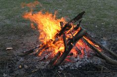 What is a smokeless fire? Why use smokeless fire? How to make a smokeless campfire? How to make a Dakota fire? Some smokeless fire tips from professionals. Wilderness Survival, Camping Survival, Outdoor Survival, Survival Prepping, Emergency Preparedness, Survival Gear, Survival Skills, Emergency Planning, Doomsday Prepping