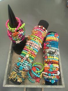 Heel veel armbandjes in neon, natuursteen en glas
