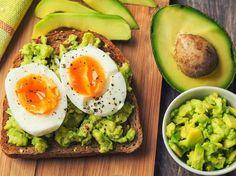 Diät-Rezept: Eier mit Avocado auf Toast