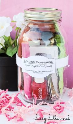 Spa and Pampering in a Jar - this is SUCH a cute gift for Mother's Day, teenagers birthday,  a girlfriend's birthday, teacher's gift, or thank you gift idea! LOVE! ♡