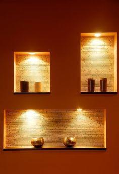 niche-murale-petite-exposition-murale-et-éclairage-rangement-moderne