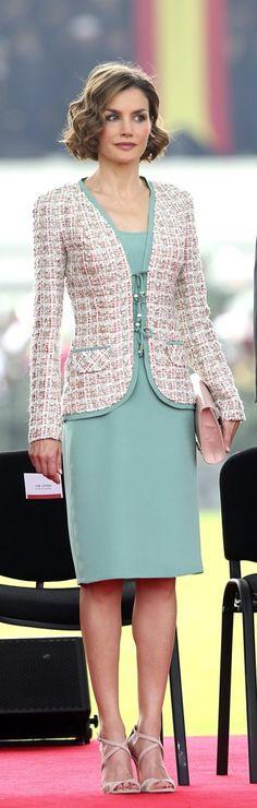 En su primer día en México, Letizia lució un vestido corto color turquesa y lo combinó con un blazer tipo tweed súper femenino