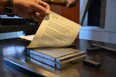 Ein Gedicht von Lene Voigt über Leipzig. Gedruckt an einer Kniehebelpresse von 1880. #letterpress # Buchdruck /// Foto: Museum für Druckkunst Leipzig
